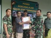 Daniel Raja Here, ketua PWOI Kabupaten Purworejo, saat menyalurkan bantuan ke Posko Kodim 0708 Purworejo - foto: Sujono/Koranjuri.com