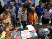 SR, tersangka pengedar uang palsu asal Jakarta Timur, kini ditahan di Mapolres Kebumen dengan sejumlah barang bukti - foto: Sujono/Koranjuri.com