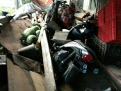 Kondisi warung yang tertabrak truk - foto: Istimewa