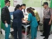 Bayi yang direkayasa ditemukan di kolong meja sebuah warung mendapatkan perawatan medis di Puskesmas Baturiti - foto: Istimewa