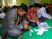 Suasana ruqyah massal yang berlangsung di aula balai desa Popongan, Banyuurip, Sabtu (18/8), oleh Jam'iyyah Ruqyah Aswaja cabang Purworejo - foto: Sujono/Koranjuri.com