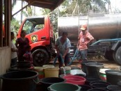 Droping air dilakukan BPBD Kabupaten Purworejo, untuk membantu desa-desa yang mengalami dampak kekeringan - foto: Sujono/Koranjuri.com