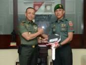 2 Babinsa mendapatkan penghargaan setelah melakukan aksi heroik pada tragedi karamnya kapal di Kepulauan Selayar dan membantu persalinan ibu hamil di Bengkayang, Kalimantan Barat - foto: Istimewa