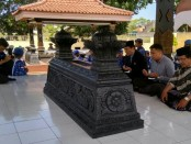 Ketua DPC Partai Demokrat Purworejo, Yopi Prabowo, didampingi Bramantyo Suwondo Mudhiantoro, Caleg DPR RI dari dapil 6 Jateng, dipandu Ustad Mustakim, saat ziarah di makam Jendral Sarwo Edhie Wibowo, Jum'at (27/8) - foto: Sujono/Koranjuri.com