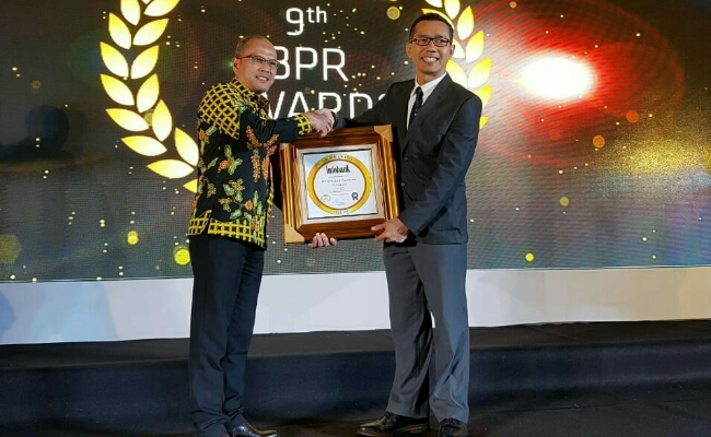 Wahyu Argono Irawanto, saat menerima penghargaan The Golden Awards di Hotel Ambarukmo, Yogyakarta, Rabu (15/8) lalu - foto: Sujono/Koranjuri.com