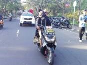 Dengan mata tertutup rapat, spiritualis asal Bali Jro Master Made Bayu Gendeng berkeliling Denpasar dengan menggunakan sepeda motor - foto: Koranjuri.com