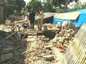Hampir 90 persen bangunan rata dengan tanah, terutama di 2 dusun yakni, Montong Dauh dan Kluncing, Kecamatan Kopang, Lombok Tengah. Warga terpaksa harus hidup di tenda-tenda yang mereka dirikan sendiri di bekas rumah mereka yang sudah luluh lantak - foto: Koranjuri.com