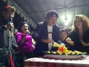 Ida Cokorda Pemecutan (kiri) bersama Tokoh Puri Gerenceng dan istri - foto: Koranjuri.com