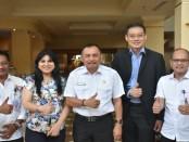Bupati Purworejo Agus Bastian, berfoto bersama dengan perwakilan Group Satin Care Singapura, usai pertemuan penjajakan kerjasama di Yogyakarta, Rabu (19/9) - foto: Sujono/Koranjuri.com