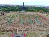 Goyang Gemu Famire yang dilakukan ribuan orang dalam rangkaian peringatan HUT TNI Ke-73 di Lapangan Puputan, Renon, Denpasar - foto: Istimewa