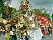 Peserta parade budaya yang tampil pada FPL Bali, diselenggarakan Adira Finance dan mitra - foto: Ari Wulandari/Koranjuri.com