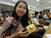 Seorang donatur menunjukkan Batu paras yang nantinya akan ditanam dalam sebuah prosesi untuk pembangunan Balai Kulkul Banjar Legian Kelod - foto: Koranjuri.com