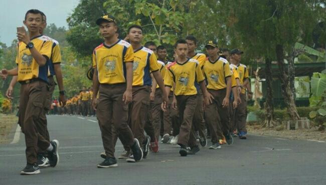 Ribuan siswa SMK PN Purworejo saat  mengikuti jalan sehat lintas jejak pahlawan, dalam memperingati Haornas 2018, Sabtu (8/9) - foto: Sujono/Koranjuri.com