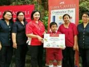 I Wayan Natha Wiryawan menerima hadiah berwisata ke Thailand setelah menang dalam lomba FAC Faber-Castell - foto: Ari Wulandari/Koranjuri.com