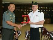 Pemberian Cinderamata oleh Kasdam IX/Udayana Brigjen TNI Kasuri kepada pimpinan delegasi US Army Brigadier General Kevin Wulfhorst - foto: Istimewa