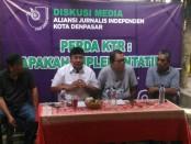 Diskusi media dengan tema 'Perda KTR: Apakah Implementatif?' di Warung Kubu Kopi, Renon, Denpasar - foto: Koranjuri.com