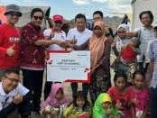 Direktur Utama Telkomsel Ririek Adriansyah (tengah) secara simbolis menyerahkan bantuan logistik di posko pengungsian Kabupaten Lombok Utara - foto: Ari Wulandari/Koranjuri.com