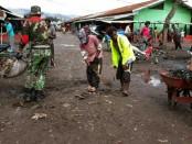 Kodim 1702/Jayawijaya bersama dengan masyarakat melaksanakan kerja bakti membersihkan komplek pasar Wamena Kota Distrik Wamena Kabupaten Jayawijaya, pada Minggu (16/09/2018) - foto: Istimewa