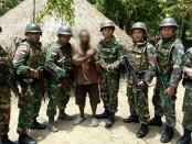 Seorang warga bersama Satgas Yonif Para Raider 501/Kostrad Pos Muara Tami, Jayapura - foto: Istimewa
