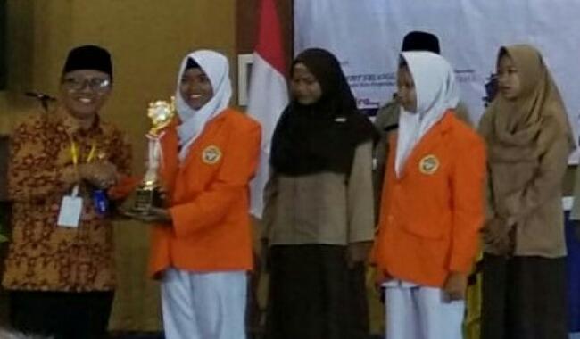 Ketua MKKS SMK Kabupaten Purworejo, Ki Gandung Ngadino, saat menyerahkan trophy juara kepada peserta lomba - foto: Sujono/Koranjuri.com