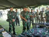 Pangdam IX/Udayana Mayjen TNI Benny Susianto melakukan pengecekan secara langsung terkait kesiapan personel maupun Alutsista yang akan dibawa dalam penugasan - foto: Istimewa