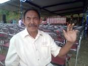 Mbah Saman, menunjukan dua jari tanganya yang hilang - foto: Koranjuri.com