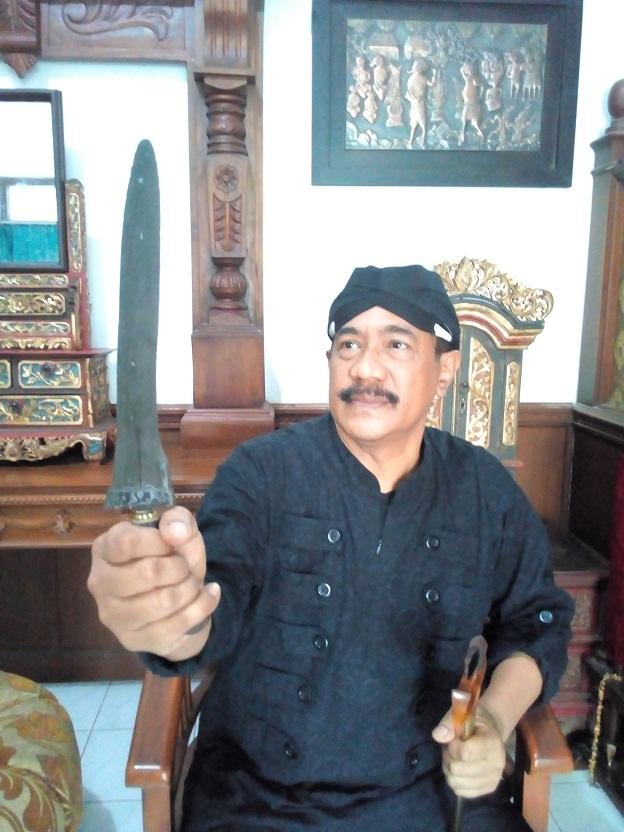 Keterangan foto: Mpu Totok Brojodiningrat tengah memegang keris sepuh tangguh kahuripan yang di perkirakan di buat pada tahun 1042/ Foto: koranjuri.com