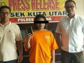 Pelaku ditangkap oleh petugas dari Polsek Kuta Utara - foto: Istimewa