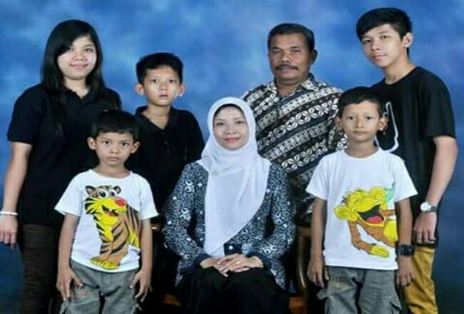 Sri Setianingrum bersama Suhasti dan kelima anaknya - foto: Sujono/Koranjuri.com