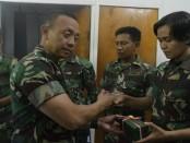Kasad Jenderal TNI Mulyono mengunjungi lokasi gempa di Palu, Sulawesi Tengah dan memberikan bantuan kepada keluarga TNI yang jadi korban - foto: Istimewa