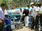 IKABA (Ikatan Bintara Polri) 2002 Polri Polres Kebumen, saat memberikan bantuan air bersih di Desa Tugu, Buayan, Kebumen, Rabu (10/10) - foto: Sujono/Koranjuri.com