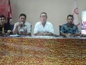 Pengurus Flobamora melakukan klarifikasi atas sejumlah pihak yang mengatasnamakan Flobamora saat demo menolak IMF-WB di Renon (9/10/2018) - foto: Koranjuri.com