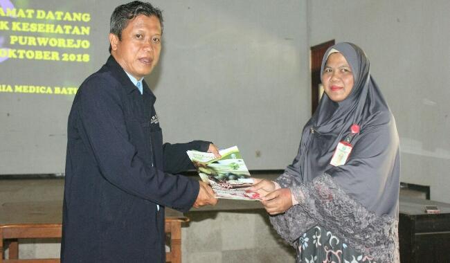 Kepala SMK Kesehatan Purworejo, Nuryadin, saat memberikan kenang-kenangan kepada Kepala UPT Balai Materia Medika Batu, Malang - foto: Sujono/Koranjuri.com