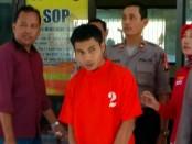 TP (29), pelaku tindak pidana pencurian dengan kekerasan terhadap Sudirman (50), warga Ketawangrejo, Kecamatan Grabag, kini ditahan di Mapolres Purworejo dengan sejumlah barang bukti - foto: Sujono/Koranjuri.com