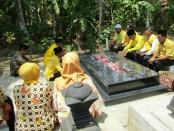 Para pengurus Partai Golkar Kabupaten Purworejo, saat berziarah di makam tokoh Partai Golkar, Kelik Sumrohadi, di Desa Grabag, Sabtu (20/10) - foto: Sujono/Koranjuri.com