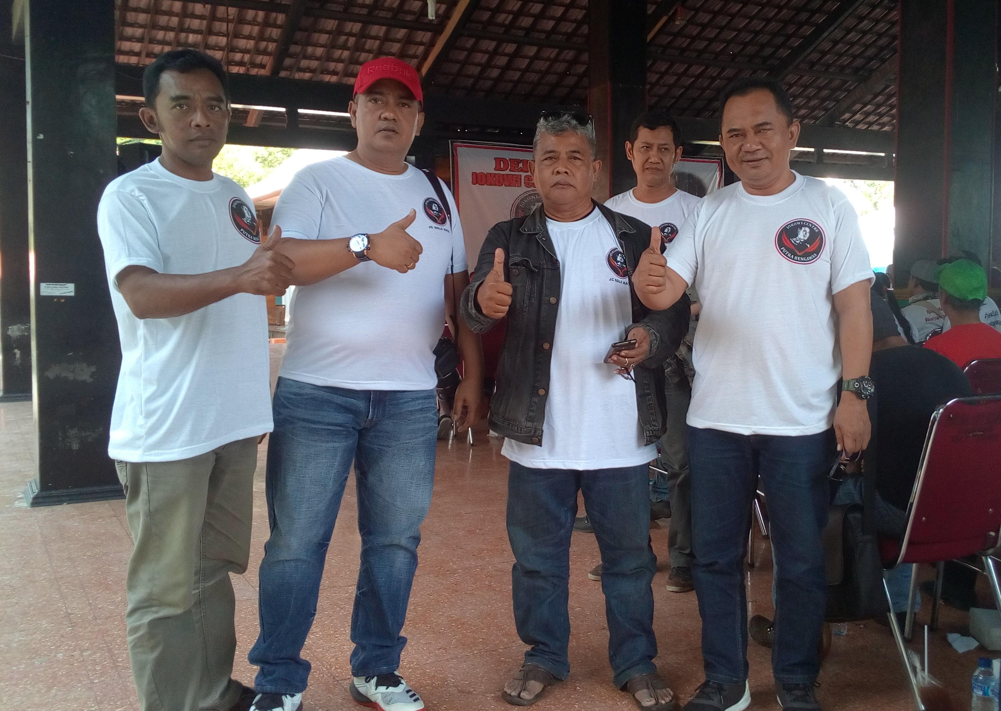 Keterangan foto: Kusuma dan para relawan Jokowi Soloraya / foto: koranjuri.com