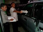 Mobil milik korban Erwin Triyono, warga Desa Ngaruaru, Kecamatan Banyudono, Kabupaten Boyolali, yang telah menjadi korban kejahatan pecah kaca mobil, Senin (8/10) malam - foto: Sujono/Koranjuri.com