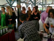 Delegasi ACPET dari Australia, saat meninjau produk UMKM  dalam kunjungannya ke Purworejo, Rabu (10/10) - foto: Sujono/Koranjuri.com