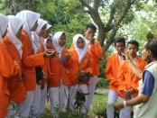 Siswa SMK Kesehatan Purworejo saat mengikuti kunjungan industri di UPT Balai Materia Medika, Batu, Malang - foto: Sujono/Koranjuri.com