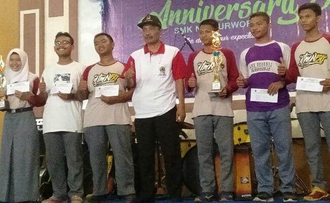 Kepala Sekolah SMKN 1 Purworejo, Budiyono, bersama siswa penerima hadiah dan doorprize - foto: Sujono/Koranjuri.com