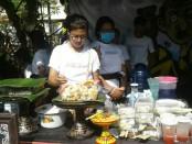 Stan penjualan makanan yang dikelola oleh siswa-siswi SMA PGRI 2 Denpasar - foto: Istimewa