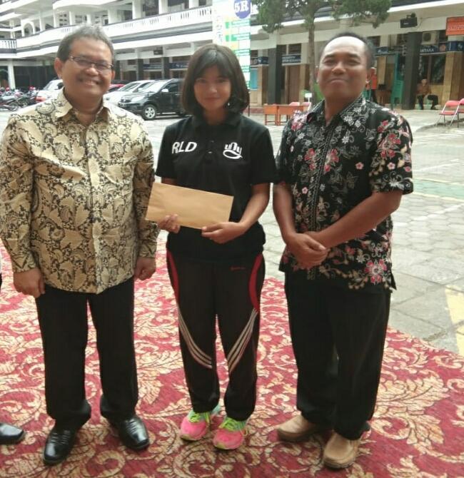 Bambang Sutrisno bersama siswa SMK PN Purworejo penerima beasiswa - foto: Sujono/Koranjuri.com
