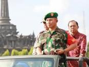 Pangdam IX/Udayana Mayjen TNI Benny Susianto bersama Gubernur Bali I Wayan Koster saat inspeksi pasukan dalam gelar pengamanan Our Ocean Conference (OOC) - foto: Istimewa
