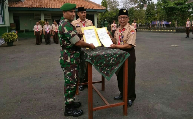 Dandim 0708, Letkol Inf Muchlis Gasim, bersama Ki Gandung Ngadino, Kepala SMK TKM Purworejo, usai penandatanganan MoU - foto: Sujono/Koranjuri.com