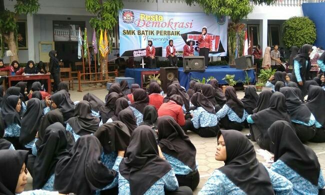 Lima kandidat calon ketua OSIS SMK Batik Purworejo tengah berorasi menyampaikan visi misinya - foto: Sujono/Koranjuri.com