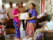 Penyerahan bantuan CSR dari D Varee Diva Hotel untuk penyandang jompo dan disabilitas di Denpasar dan Karangasem - foto: Istimewa