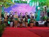 Peserta lomba Rias Pengantin Solo Putri, saat dinilai oleh dewan juri, dalam Festival Perpustakaan Desa, Sabtu (3/11) di Pendopo Kabupaten Purworejo - foto: Sujono/Koranjuri.com