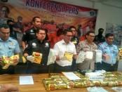 Polisi berhasil mengamankan 50 Kg sabu-sabu dan 9 kotak berisi 43.000 butir pil ekstasi dari 5 orang tersangka - foto: Bob/Koranjuri.com
