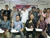 Ki-Ka: Kepala Pusat Kerja Sama, Humas dan Pemasaran  STIKOM  Bali I Made Sarjana, MM., Gatas Ginting (OJK), I Ketut Widiana (Deputi Direktur OJK),  dan Humas STIKOM Bali Rahman Sabon Nama foto bersama mahasiswa usai seminar Edukasi Waspada Investasi di STIKOM Bali, Kamis (29/11/18) - foto: Istimewa