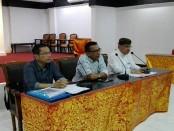 Made Sumitra Candra Jaya bersama tim kuasa hukumnya menggelar keterangan pers, Kamis, 29 November 2018 - foto: Koranjuri.com